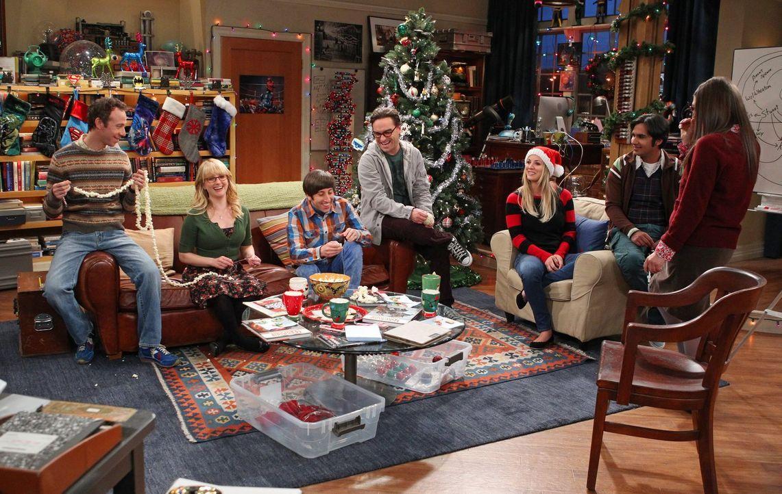Sheldon reist nach Texas, weil seine Schwester ihr Kind bekommt. Während er weg ist, überlegen Bernadette (Melissa Rauch, 2.v.l.), Howard (Simon Hel... - Bildquelle: Warner Bros. Television