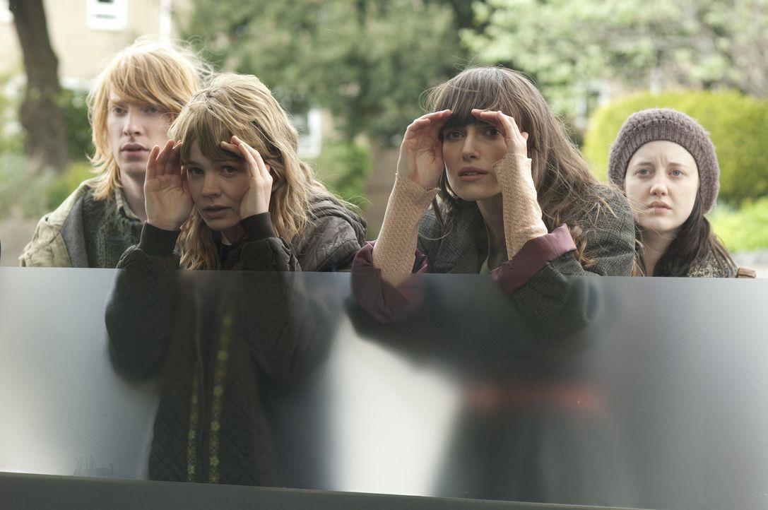 Ahnen nicht, dass sie Menschen zweiter Klasse sind: Rodney (Domhnall Gleeson, l.), Kathy (Carey Mulligan, 2.v.l.), Ruth (Keira Knightley, 2.v.r.) un... - Bildquelle: 2010 Twentieth Century Fox Film Corporation. All rights reserved.