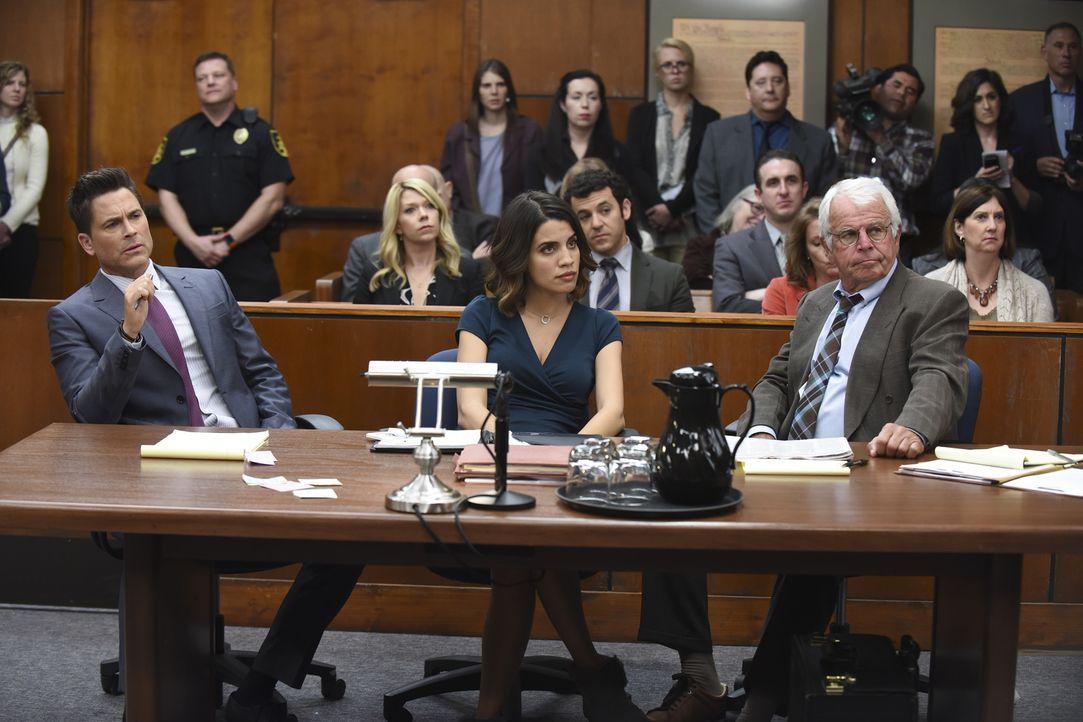 Der Prozess gegen Dean Sr. (William Devane, r.) wird für alle zur Zerreißprobe. Während Dean (Rob Lowe, l.) und Claire (Natalie Morales, M.) ihr Bes... - Bildquelle: 2015-2016 Fox and its related entities.  All rights reserved.