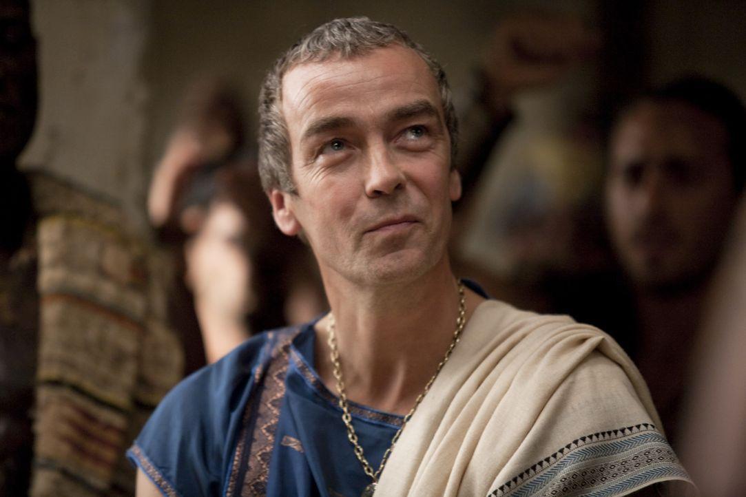 Während Spartacus nur knapp einem Mordanschlag entgehen kann, denkt Batiatus (John Hannah) darüber nach, Crixus zu verkaufen ... - Bildquelle: 2010 Starz Entertainment, LLC