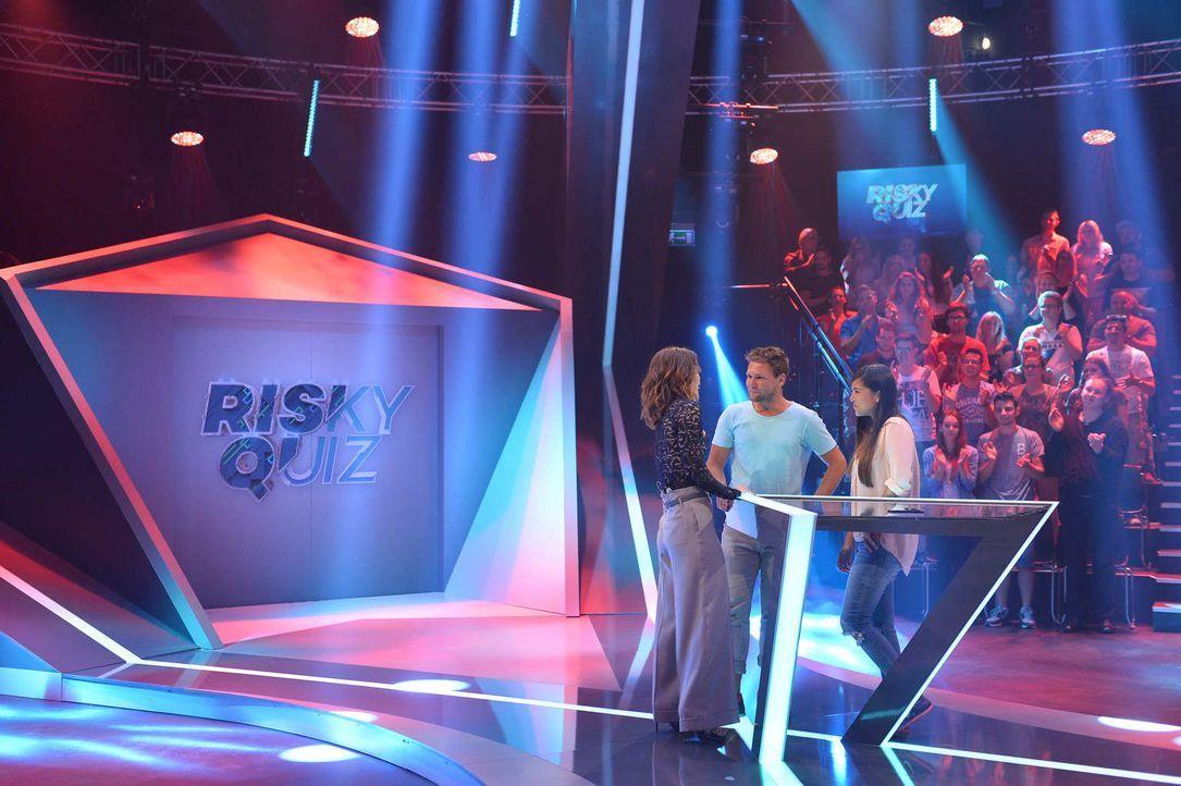 """No risk, no fun! Jeannine Michaelsen (l.) und Aurel Mertz führen ihr Kandidatenpaar Saskia (r.) und Tobias (M.) bei """"Risky Quiz"""" hinters Licht. Währ... - Bildquelle: Willi Weber ProSieben"""