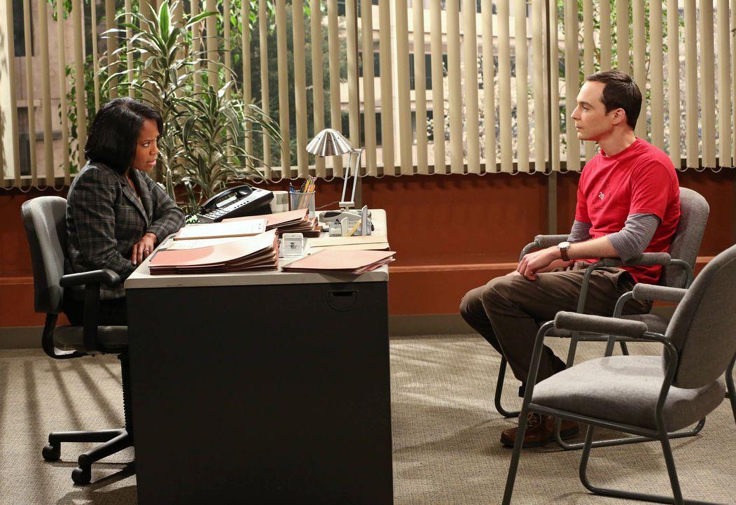 Sheldon (Jim Parsons, r.) sieht sich an der Universität Vorwürfen der sexuellen Belästigung ausgesetzt und muss deshalb bei Mrs. Davis (Regina King,... - Bildquelle: Warner Bros. Television