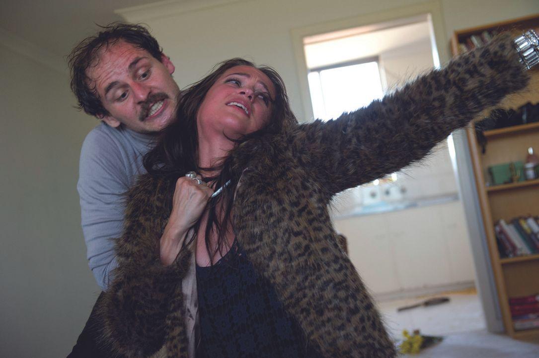 Kann Tasha (Alicia Vikander, r.) dem mordlüsternen Ken (Marko Jovanovic, l.) noch entkommen? - Bildquelle: 2014 ASCOT ELITE Home Entertainment GmbH. Alle Rechte vorbehalten