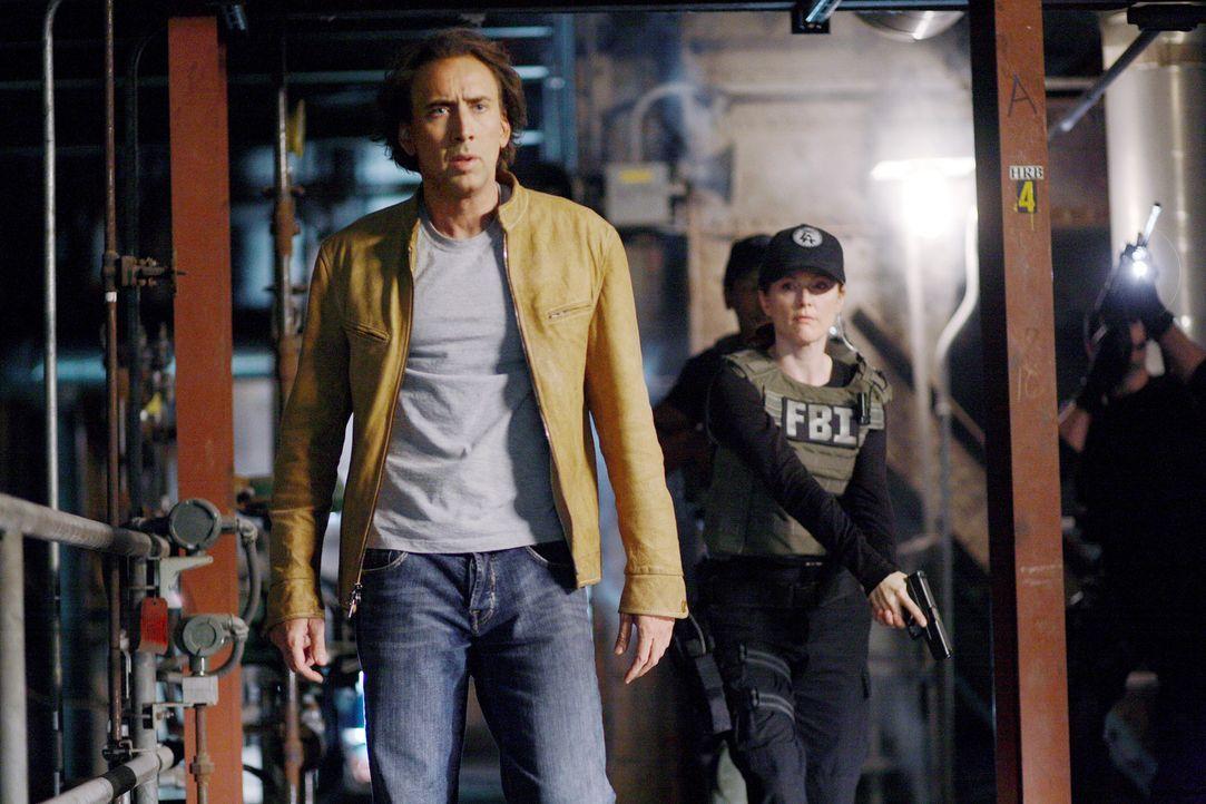Als das FBI erfährt, dass Terroristen eine Bombe in der Nähe von L.A. zünden wollen, wird Johnson (Nicolas Cage, l.), der in die Zukunft sehen ka... - Bildquelle: t   2007 Paramount pictures. All Rights Reserved.
