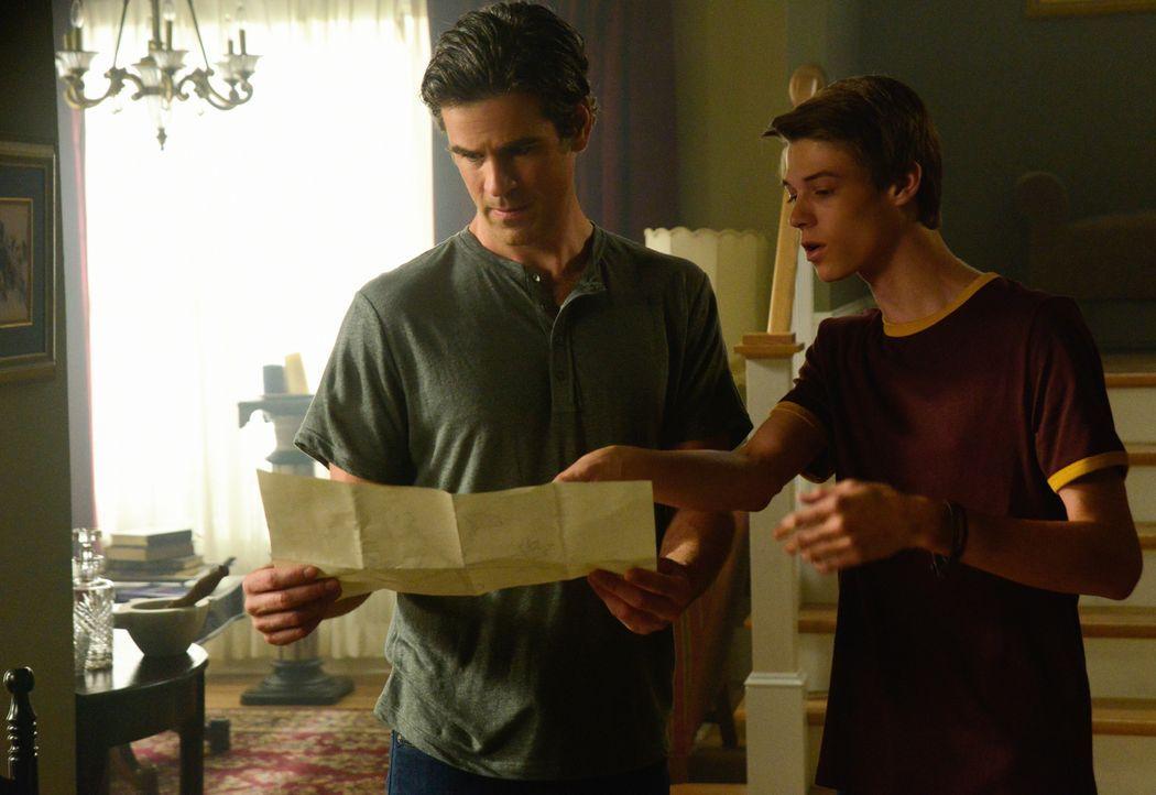 Kann Joe (Colin Ford, r.) Sam (Eddie Cahill, l.) noch trauen, nachdem er sich der seltsamen Behandlung von Christine unterziehen musste oder ist sei... - Bildquelle: Brownie Harris 2015 CBS Studios Inc.