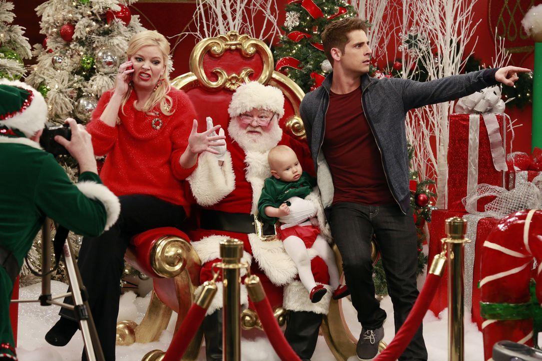 (v.l.n.r.) Bonnie (Melissa Peterman); Weihnachtsmann (Donovan Scott); Emma (Zoey und Mila Beske); Ben (Jean-Luc Bilodeau) - Bildquelle: Ron Tom ABC Family/Ron Tom