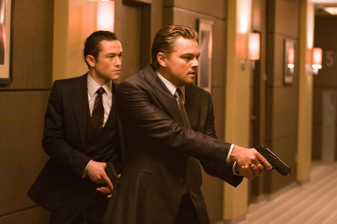 Eigentlich haben sich Arthur (Joseph Gordon-Levitt, l.) und Cobb (Leonardo DiCaprio, r.) auf das Klauen von wichtigen Informationen aus dem Unterbew... - Bildquelle: 2010 Warner Bros.