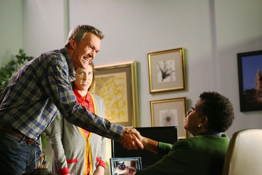 Mike (Neil Flynn, l.) trifft eine weitreichende Entscheidung, um Sue (Eden Sher, M.) zu helfen, als Miss Teegarden (Carlease Burke, r.) nichts mehr... - Bildquelle: Warner Bros.
