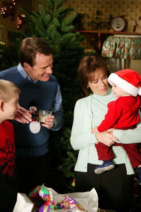 Fröhliche Weihnachten: Dewey (Eric Per Sullivan, l.), Hal (Bryan Cranston, 2.v.l.), Lois (Jane Kaczmarek, 2.v.r.) und Baby Jaime (Darsteller unbeka... - Bildquelle: TM +   2000 Twentieth Century Fox Film Corporation. All Rights Reserved.