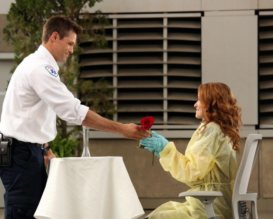 Matthew (Justin Bruening, l.) macht April (Sarah Drew, r.) einen unglaublichen Heiratsantrag ... - Bildquelle: ABC Studios