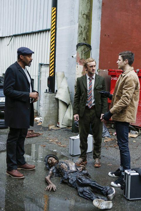 Als Joe (Jesse L. Martin, l.), Julian (Tom Felton, M.) und Barry (Grant Gustin, r.) an einen Tatort gerufen werden, wird ihnen schnell klar, dass hi... - Bildquelle: 2016 Warner Bros.