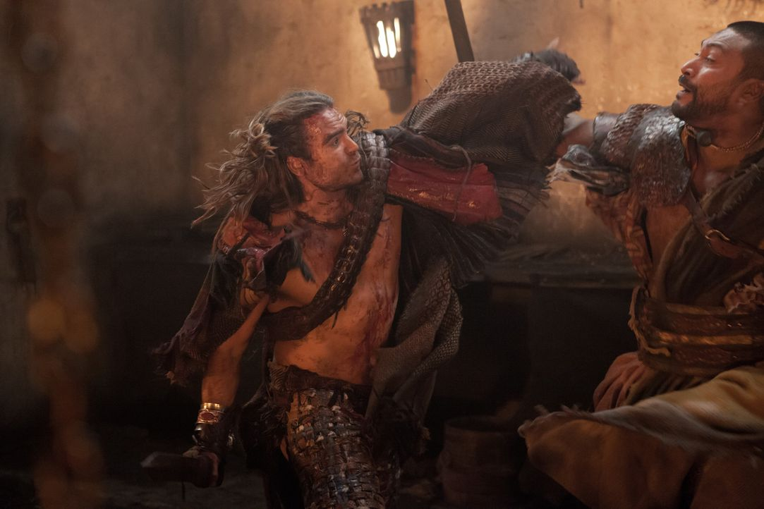 Gannicus (Dustin Clare, l.) zeigt den Piraten, was mit Verrätern passiert ... - Bildquelle: 2012 Starz Entertainment, LLC. All rights reserved.