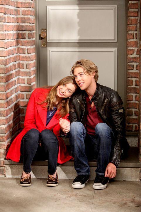 Chelsea beschließt, Luke (Austin Butler, r.) mit Dee Dee (Lauren Lapkus, l.) zu verkuppeln. Doch wird das gutgehen? - Bildquelle: Warner Brothers