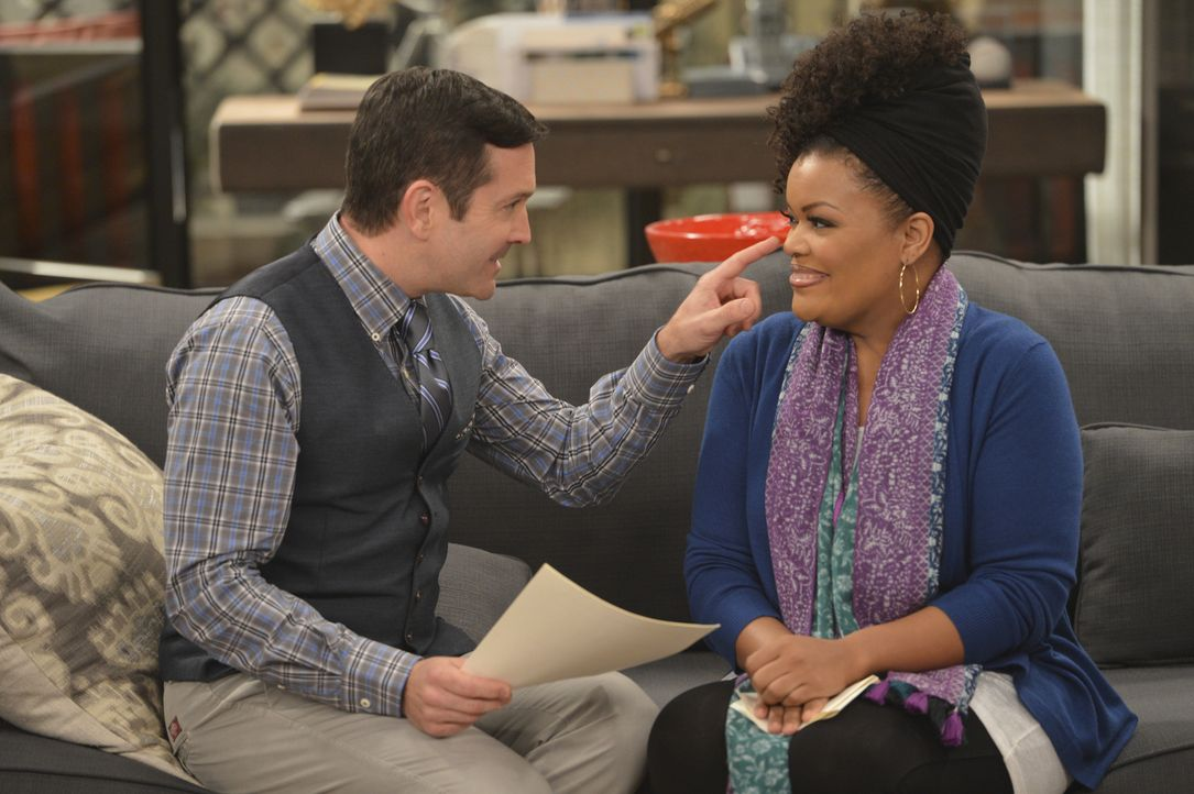 "Mit ""wissenschaftlich"" ausgeklügelten Fragen will Felix (Thomas Lennon, l.) den richtigen Mann für Dani (Yvette Nicole Brown, r.) finden ... - Bildquelle: Darren Michaels 2014 CBS Broadcasting, Inc. All Rights Reserved"