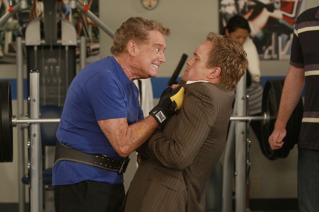 Was ist nur zwischen Regis Philbin (Regis Philbin, l.) und Barney (Neil Patrick Harris, r.) los? - Bildquelle: 20th Century Fox International Television