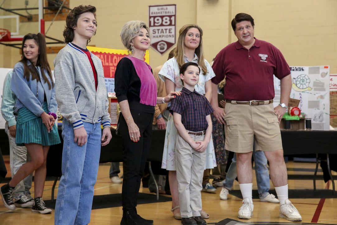 Sind gespannt, wer den Wissenschaftswettbewerb gewinnt: (v.l.n.r.) Georgie (Montana Jordan), Meemaw (Annie Potts), Sheldon (Iain Armitage), Mary (Zo... - Bildquelle: Warner Bros. Television