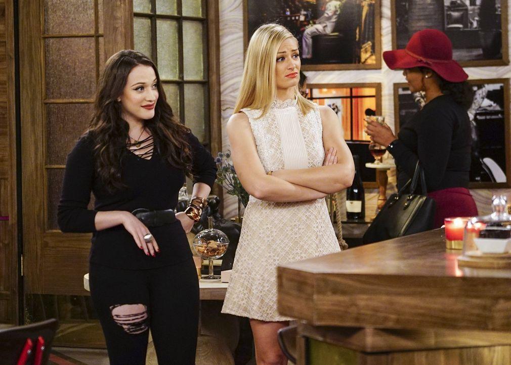 Max (Kat Dennings, l.) versichert Caroline (Beth Behrs, M.), dass sie mit ihrem Date problemlos abends ins Kino gehen kann, nicht ahnend, dass genau... - Bildquelle: Warner Bros. Television