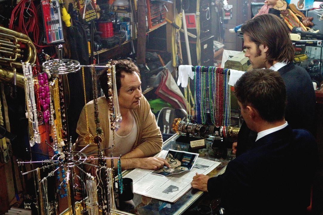 Sam (Jared Padalecki, M.) und Dean (Jensen Ackles, r.) untersuchen Morde an übersinnlichen Einwohner von Lily Dale und entdecken, dass ein wütende... - Bildquelle: Warner Bros. Television