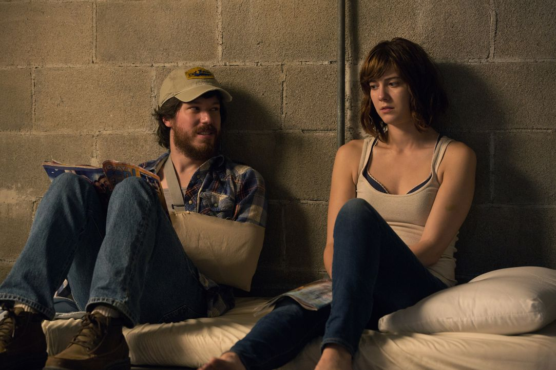 Kann Michelle (Mary Elizabeth Winstead, r.) dem angeblich ebenfalls geretteten Emmett (John Gallagher Jr., l.) vertrauen? - Bildquelle: Michele K. Short 2016 Paramount Pictures.  All Rights Reserved.