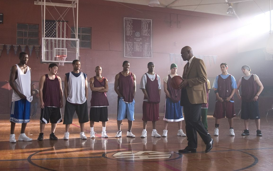 Um einem alten Freund einen Gefallen zu tun, übernimmt Coach Carter (Samuel L. Jackson, vorne) das Training der Basketballmannschaft einer Highscho... - Bildquelle: CBS International Television