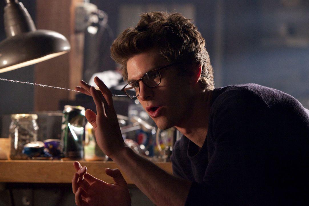 Nach der Ermordung seines Onkels beginnt Peter (Andrew Garfield) seine Fähigkeiten auszubauen, um auf Verbrecherjagd gehen zu können. So konstruiert... - Bildquelle: Jaimie Trueblood 2012 Columbia Pictures Industries, Inc.  All Rights Reserved.