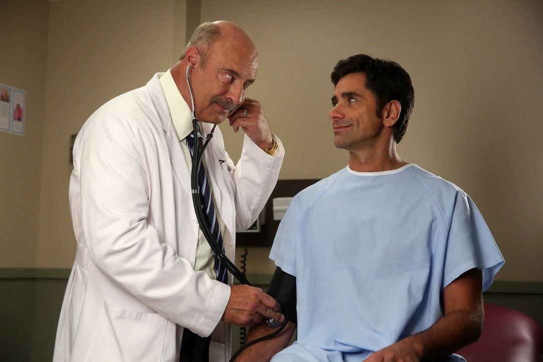 Weil Jimmy (John Stamos, r.) schon seit 20 Jahren nicht mehr beim Arzt war, bestehen Sara und Gerald darauf, dass er sich einmal von Dr. Melvoy (Phi... - Bildquelle: Jordin Althaus 2016 ABC Studios. All rights reserved.