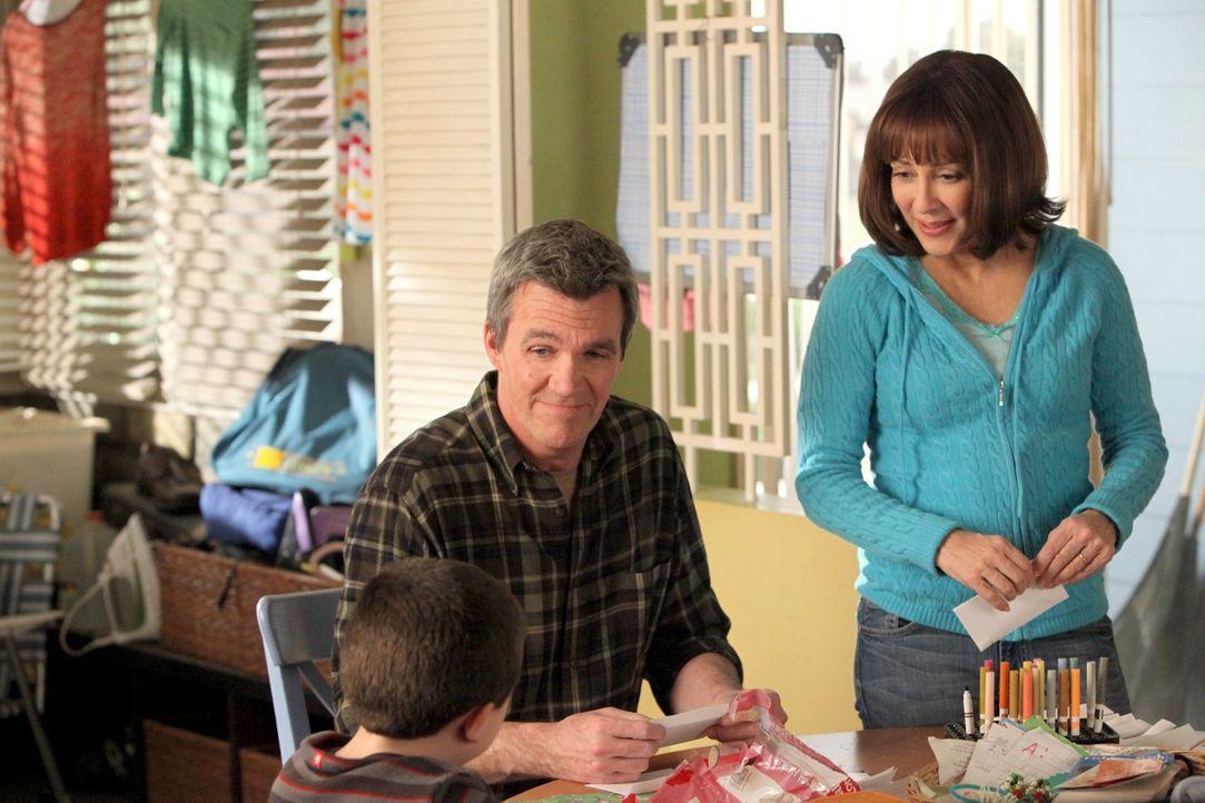 Mike (Neil Flynn, l.) ist entsetzt, als er erfährt, dass Frankie (Patricia Heaton, r.) bei ihrem ersten Date gelogen hat ... - Bildquelle: Warner Brothers