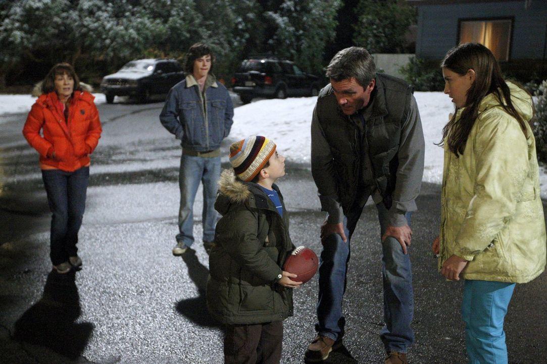 Frankie (Patricia Heaton, l.) versucht alles, um ihre Familie zu gemeinsamen Aktivitäten zu animieren. Doch Axl (Charlie McDermott, 2.v.l.), Brick (... - Bildquelle: Warner Brothers
