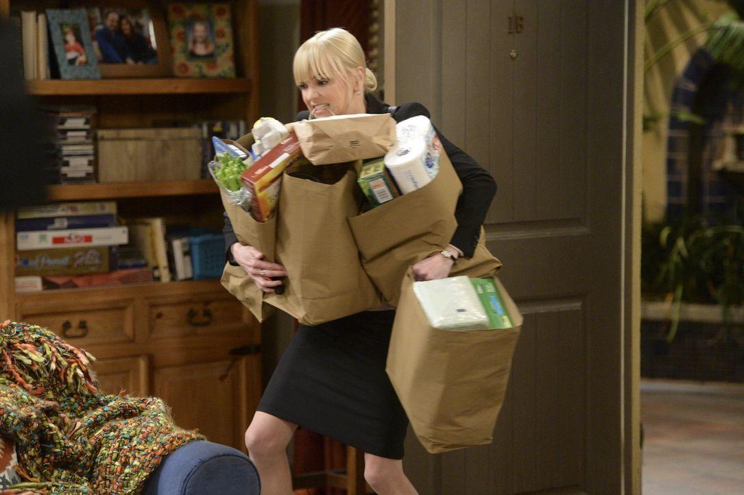 Weil sich ihre Mutter den Rücken verletzt hat, muss Christy (Anna Farris) den Haushalt alleine schmeissen ... - Bildquelle: Warner Bros. Television