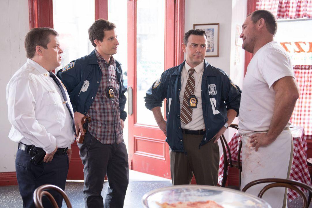 (v.l.n.r.) Boone (Patton Oswalt); Jake Peralta (Andy Samberg); Charles Boyle (Joe Lo Truglio) - Bildquelle: Eddy Chen 2013 NBC Studios LLC. All Rights Reserved. / Eddy Chen