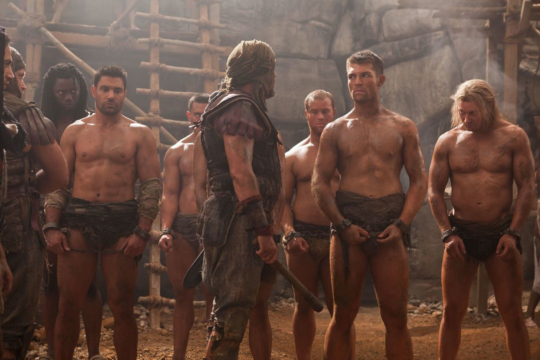 Wagen sich mitten in die Höhle des Löwen, um Naevia zu retten: Spartacus (Liam McIntyre, 2.v.r.) und Crixus ( Manu Bennett, 6.v.r.) ... - Bildquelle: 2011 Starz Entertainment, LLC. All rights reserved.