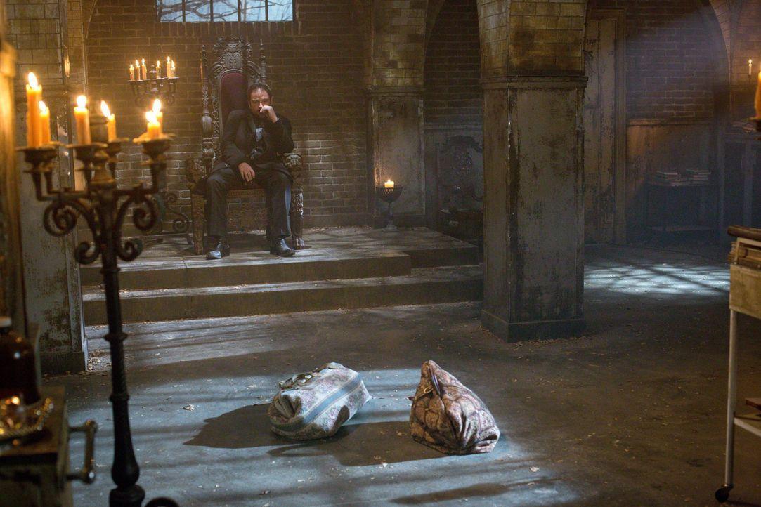 Die Beziehungen zwischen Crowley (Mark Sheppard) und seiner Mutter und zwischen Crowley und den Winchester Brüdern werden auf eine harte Probe geste... - Bildquelle: 2016 Warner Brothers