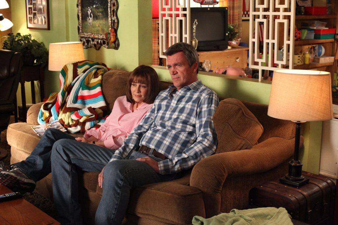 Frankie (Patricia Heaton, l.) und Mike (Neil Flynn, r.) müssen als Publikum für Bricks selbstgeschriebenes Stück herhalten. Doch die beiden stellen... - Bildquelle: Warner Brothers