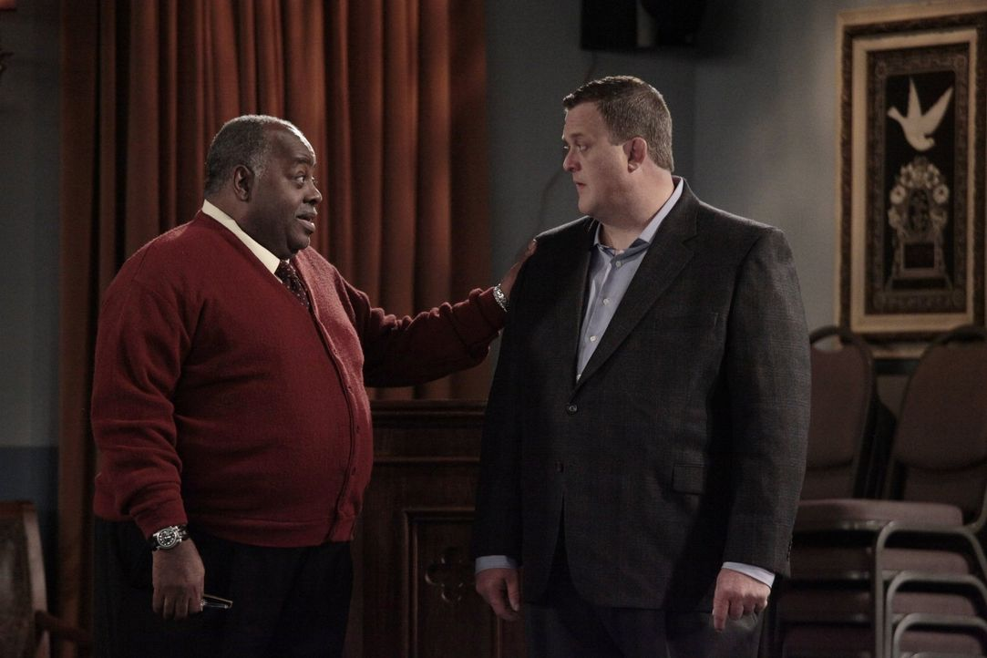 Bei den Proben zu seiner Hochzeit läuft so einiges schief. Doch kann Brother Heywood (Reginald VelJohnson, l.) Mike (Billy Gardell, r.) etwas aufhei... - Bildquelle: Warner Brothers