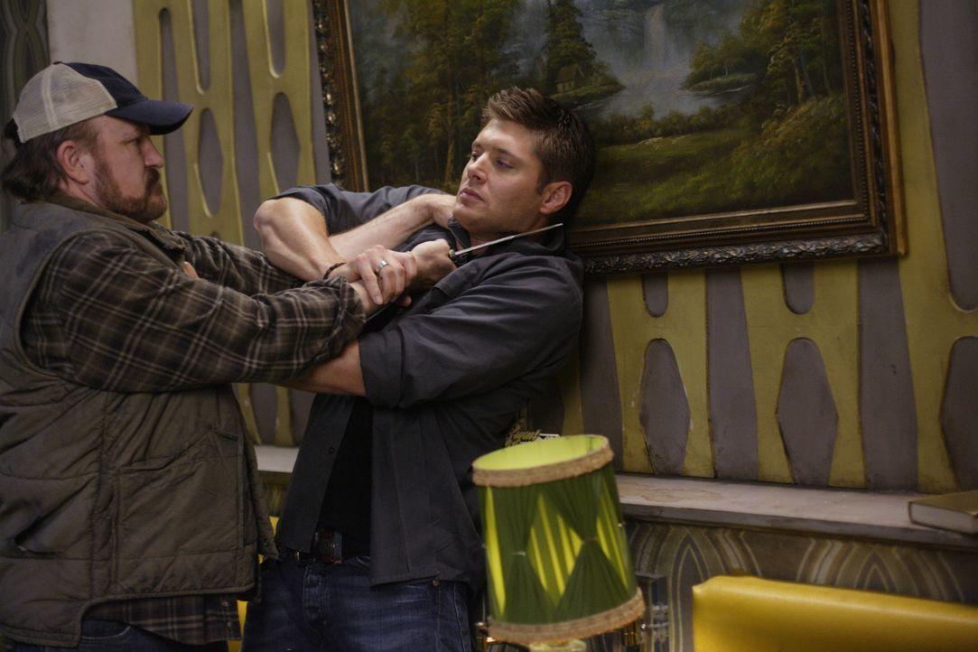 Ein Dämon ist in Bobby (Jim Beaver, l.) geschlüpft, der nun auf Dean (Jensen Ackles, r.) losgeht. Kann sie Dean noch rechtzeitig aus dessen Fänge... - Bildquelle: Warner Bros. Television