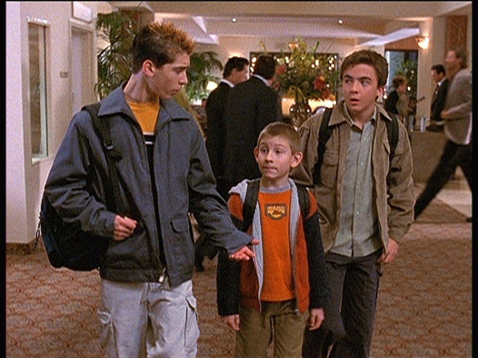 Reese (Justin Berfield, l.), Dewey (Erik Per Sullivan, M.) und Malcolm (Frankie Muniz, r.) mieten sich mit Hilfe der Kreditkarte ihres Vaters in ein... - Bildquelle: TM +   Twentieth Century Fox Film Corporation. All Rights Reserved.