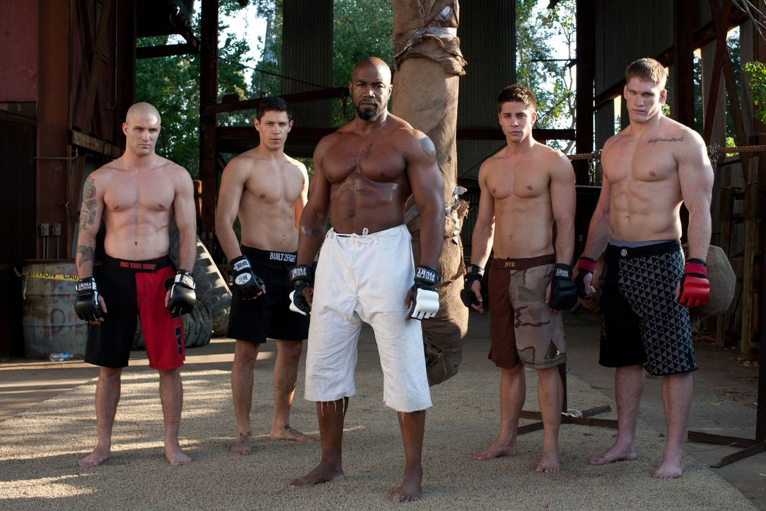 Der knallharte Ex-Champion UFC-Fighter Case Walker (Michael Jai White, M.) unterwirft die vier Jungen, (v.l.n.r.) Justin (Scott Epstein), Zack (Alex... - Bildquelle: Alicia Gbur 2011 Sony Pictures Worldwide Acquisitions Inc. All Rights Reserved.