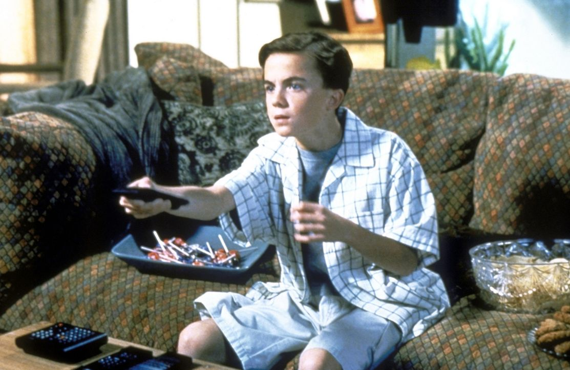 Malcolm (Frankie Muniz) ist wieder vom Fernsehen fasziniert. - Bildquelle: TM +   2000 Twentieth Century Fox Film Corporation. All Rights Reserved.
