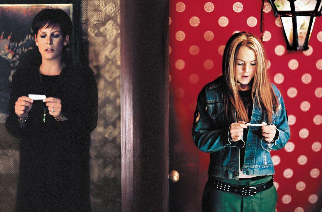 Als die beiden Streithähne (Jamie Lee Curtis, l. und Lindsay Lohan, r.) versehentlich zwei Glückskekse vertauschen, stellen sie schon am nächsten... - Bildquelle: Buena Vista Pictures Distribution
