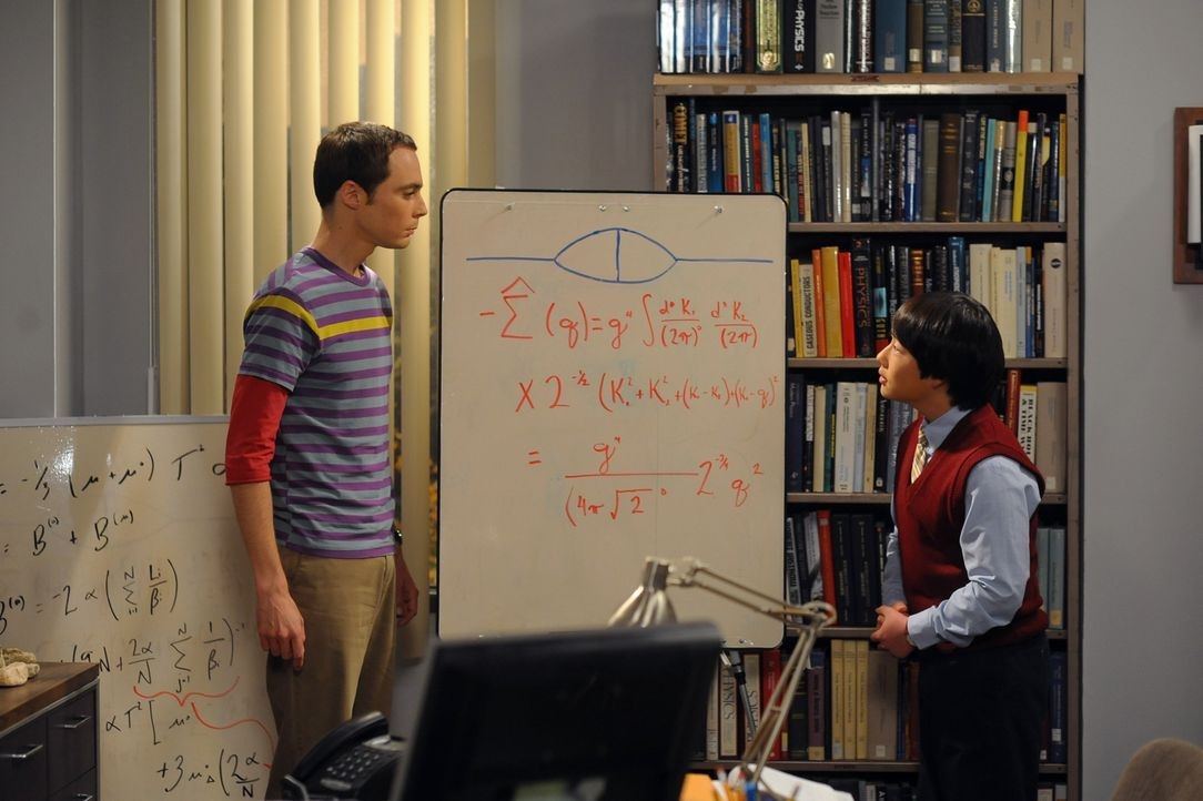 Sheldon Cooper (Jim Parsons, l.); Dennis Kim (Austin Lee, r.) - Bildquelle: Warner Bros. Television