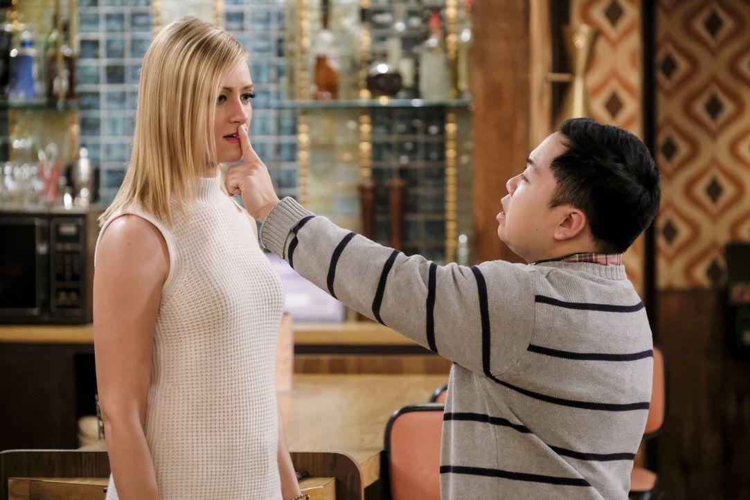 Während der Hurrikane über ihren Köpfen tobt kommt es für eine Sekunde zu sexuellen Spannungen zwischen Caroline (Beth Behrs, l.) und Han (Matthew M... - Bildquelle: Warner Bros. Television