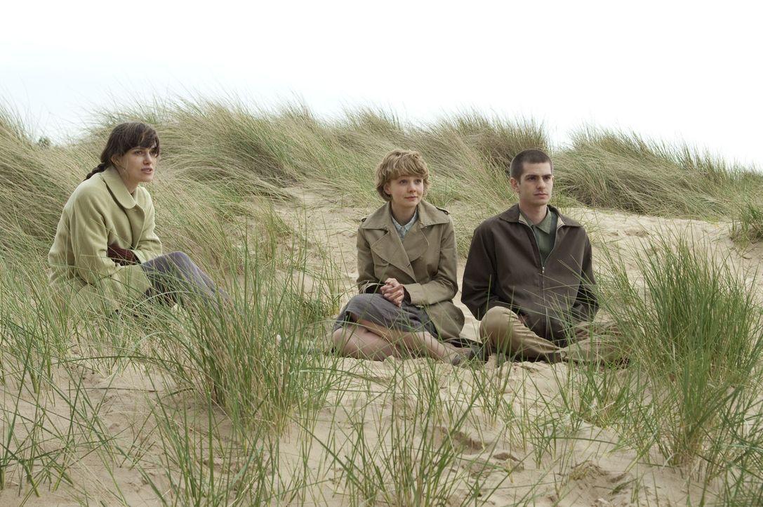 Eigentlich weiß Ruth (Keira Knightley, l.) ganz genau, dass Kathy (Carey Mulligan, M.) und Tommy (Andrew Garfield, r.) für einander bestimmt sind.... - Bildquelle: 2010 Twentieth Century Fox Film Corporation. All rights reserved.