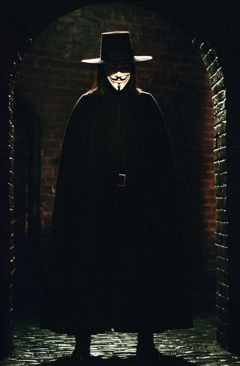 Wie weit darf man im Kampf gegen ein ungerechtes Regime gehen? Diese Frage stellt sich Vendetta (Hugo Weaving) nicht, denn ihm ist jedes Mittel rech... - Bildquelle: Warner Bros. Pictures