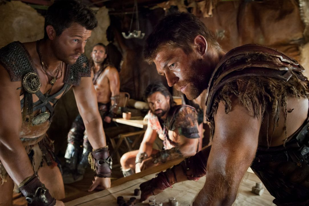Entwerfen einen Plan, wie sie die Römer vernichtend schlagen können: Agron (Daniel Feuerriegel, l.) und Spartacus (Liam McIntyre, r.) ... - Bildquelle: 2013 Starz Entertainment, LLC.  All Rights Reserved