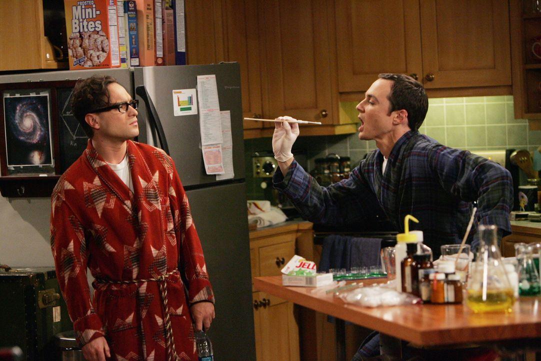 Sheldon (Jim Parsons, r.) gerät sofort in Panik, hat er doch vor nichts mehr Angst, als vor einer Virusinfektion. Doch alle Vorbereitungen und alle... - Bildquelle: Warner Bros. Television