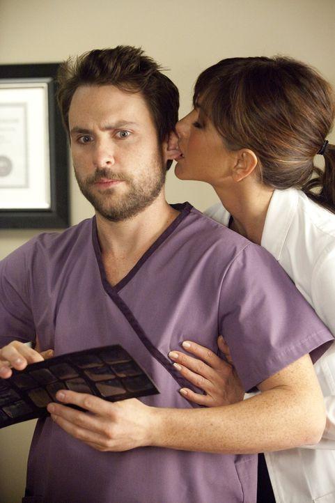 Eigentlich mag Dale (Charlie Day, l.) seinen Job als Zahnarztassistent, wäre da nicht die sexuell aggressive Dr. Harris (Jennifer Aniston, r.), die... - Bildquelle: 2011 Warner Bros.