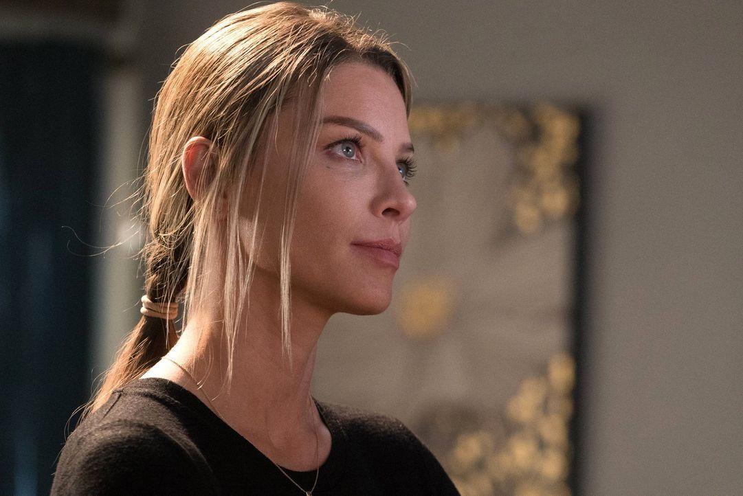 Chloe (Lauren German) ist mehr als geschockt, als Lucifer nach zwei Wochen ohne jeglichen Kontakt mit einer besonderen Neuigkeit im LAPD Revier auft... - Bildquelle: 2016 Warner Brothers