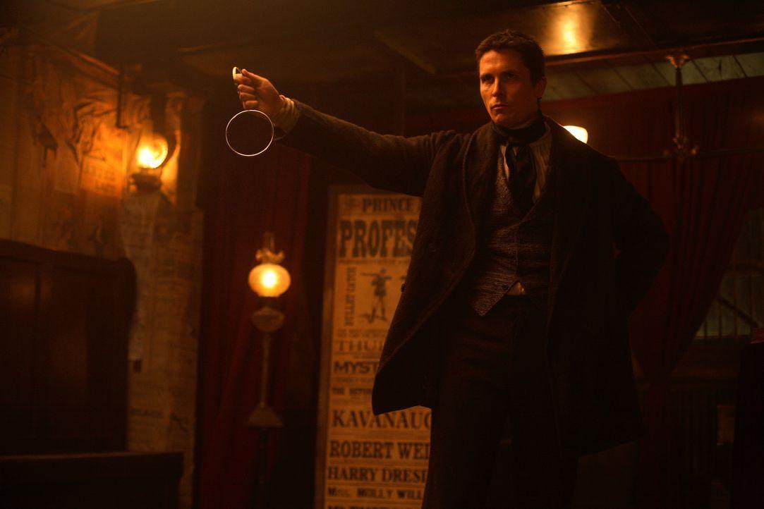 Mord oder Magie? Hat der erfolgreiche Illusionist Alfred Borden (Christian Bale) seinen Kollegen Robert Angier während einer Zaubervorstellung wirkl... - Bildquelle: Warner Television