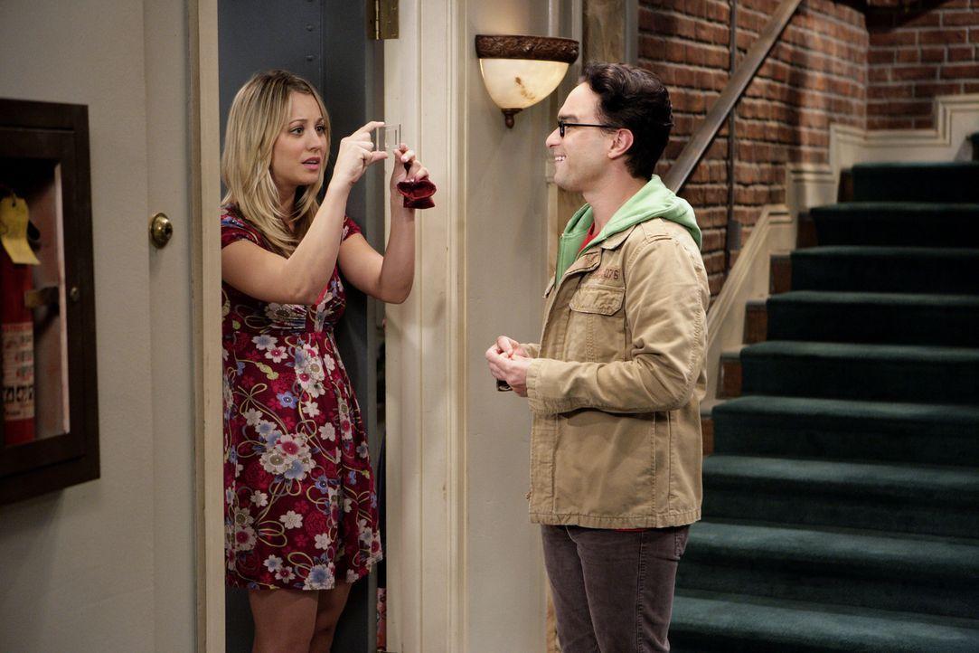 Leonard (Johnny Galecki, r.) und Penny (Kaley Cuoco, l.) wollen es miteinander versuchen, doch andauernd kommt ihnen etwas dazwischen ... - Bildquelle: Warner Bros. Television