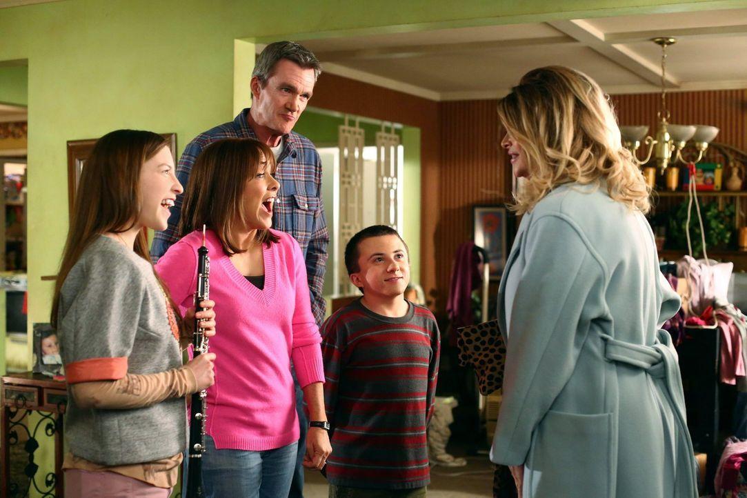 (v.l.n.r.) Sue (Eden Sher); Frankie (Patricia Heaton); Mike (Neil Flynn); Brick (Atticus Shaffer); Pam (Kirstie Alley) - Bildquelle: Warner Brothers